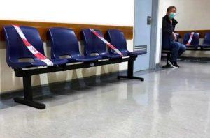Nouvelle règle dans les salles d'attente : une chaise libre sur 2